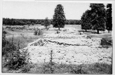 Majątek Skarbiec - widok kamiennych piwnic widzianych od lewej strony pałacu