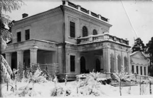 Zimowe zdjęcie pałacyku w Majątku Skarbiec.