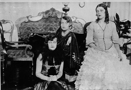 Majątek Skarbiec (w saloniku ok.1928r.) siostry Zofia, Halina, Iza Władyczańskie